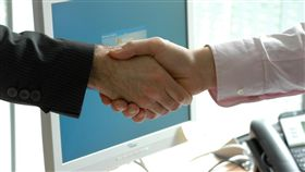 握手,合作,交易,談判,商談,職場(圖/Pixabay)