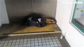 莊女醉倒超商門口,身旁擺著高粱酒空瓶,店員察覺有異,清點發現少了瓶酒,懷疑竊賊便是莊女,隨即打電話報警處理。(翻攝畫面)