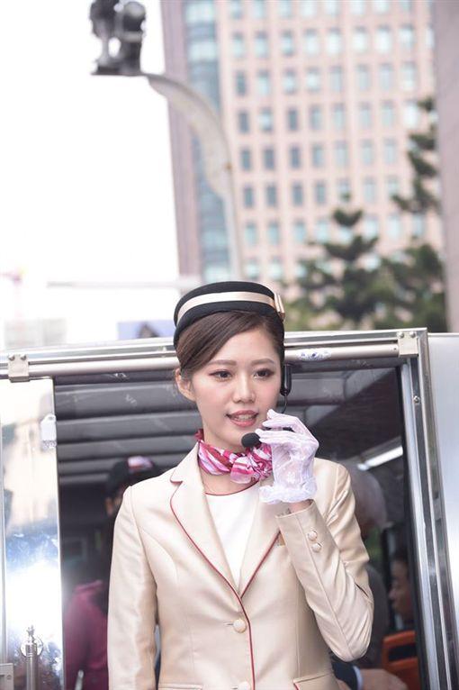 神到了!正妹車服員不僅空姐轉任 還曾是黑澀會美眉。資料來源:柯文哲臉書