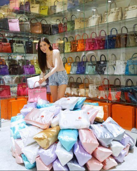 Jamie Chua擁有數百款名牌包。(圖/翻攝自IG帳號:ec24m)