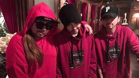 昆凌跩笑表情超殺 穿紅帽T模仿周杰倫。資料來源:周杰倫臉書