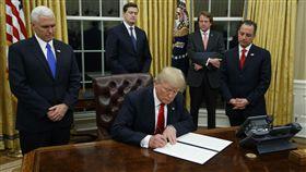 川普,Trump,簽名(圖/美聯社/達志影像)16:9