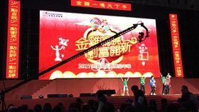 鴻海嘉年華 總裁郭台銘到場,鴻海愛心歡樂嘉年華上午在南港展覽館登場,總裁郭台銘已經到場。/中央社