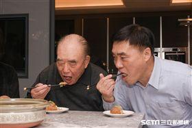 國民黨副主席郝龍斌與父親前行政院長郝柏村下廚現年菜「郝家獅子頭」,過年留稿 圖/記者林敬旻攝