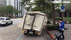 一輛載滿PS4 PRO的貨車,今天中午行經基隆路時,車斗直接撞到地下道上緣,導致車體扭曲變形,貨車內的PS4 PRO也毀損。(翻攝畫面)