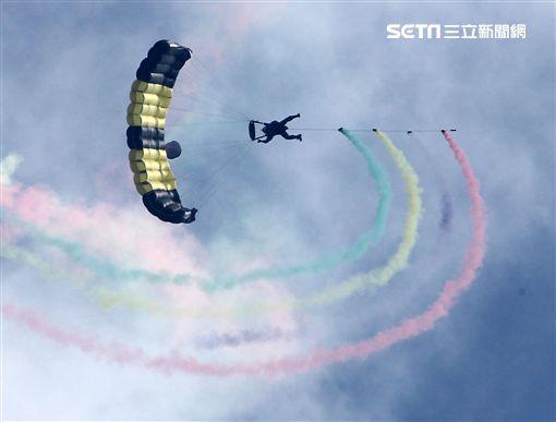 揚名海外的陸軍神龍小組展現高超的空中特技。(記者邱榮吉/攝影)