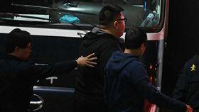W飯店女模暴斃案,台北地檢署23日傳喚「土豪哥」朱家龍(中)到庭。檢方訊後,依違反毒品危害防制條例,向法院聲請勒戒。台北地方法院開庭審理,在下午5時許裁准。中央社記者施宗暉攝  106年1月23日