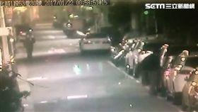 林男本月多次前往台北市中山區,敲破進口轎車車窗後,竊取車內財物,警方歷經連日跟監蒐證,昨晚順利將他逮捕到案。(翻攝畫面)