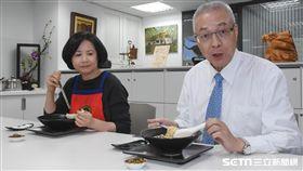 吳敦義與夫人製作牛肉麵,過年留稿 圖/記者林敬旻攝