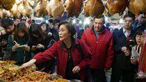 前總統馬英九與姊姊馬以南一起前往老家附近的興隆市場採買年菜。(圖/中央社提供)