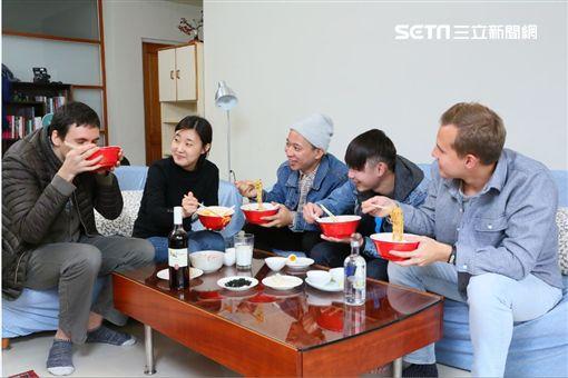 外國人好會煮 戰鬥民族這樣吃台灣泡麵