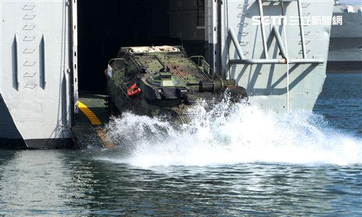 海軍106年春巡陸戰隊AAV7兩棲突擊車,從中平號戰車登陸艦泛水而出,將士兵送往岸上,實施登陸作戰。(記者邱榮吉/攝影)