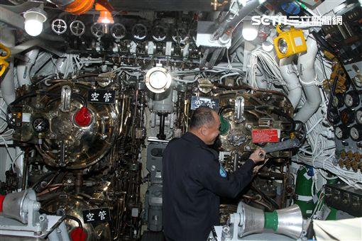 海軍106年春巡已經服役71年的海豹潛艦,讓國人一窺樣貌。(記者邱榮吉/攝影)