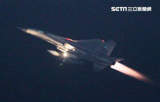 空軍春節加強戰備443聯隊擔負任務為夜間對空攔截、夜間對地炸射,IDF戰機單機「夜航」春巡起飛,如流星劃破天際,夜航最需克服的就是空間迷向問題。(記者邱榮吉/攝影)