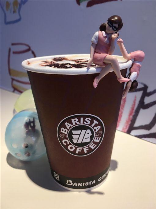 過年擁抱杯緣子女孩 喝杯台灣在地咖啡