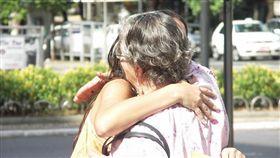 擁抱。(圖非新聞當事人/攝影者Ricardo Moraleida,flikr CC License/網址http://bit.ly/2kwMJSf)