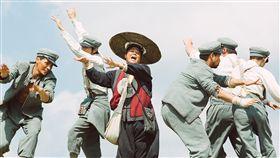 唐立淇被寫進電影主題曲 賀歲片「健忘村」26日上映同步推出Q版LINE貼圖。星 座專家唐立淇被寫進由演員林美秀(中)演唱的電影主 題曲「一片雲」歌詞,笑稱「我跟美秀都是解憂吉祥物 」。 (牽猴子提供) 中央社記者王靖怡傳真 106年1月26日