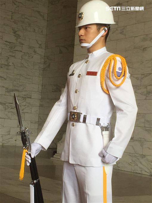 「軍版金城武」。海軍儀隊退役的呂金象 鋼鐵前線提供