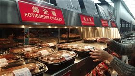 Costco大賣場烤雞的華麗變身(1)、雞肉 大賣場賣的烤雞香噴噴、物美價廉,但小家庭很難吃掉 一整隻,剩下的食材該如何運用?教你華麗變身5種料 理,中、西、日式風格都端上桌。 中央社記者江明晏攝  106年1月27日