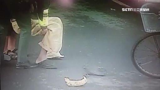 老翁平交道摔車 勇警抬人救援保一命