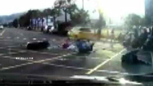 三貼機車違規左轉 一家被撞全倒地