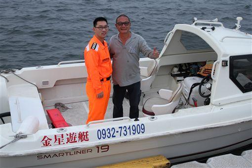 1艘無動力帆船30日在台南市安平外海意外翻覆,所幸有遊艇經過,將落海6人全數安全救回。獲救者被送到海巡安檢所時,裹著大浴巾相當低調。中央社記者楊思瑞攝 106年1月30日