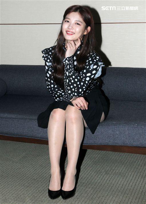 韓星金裕貞來台與粉絲見面會,先暖身接受媒體的聯訪。(記者邱榮吉/攝影)