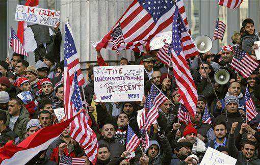 民眾抗議川普的旅客禁令_美聯社
