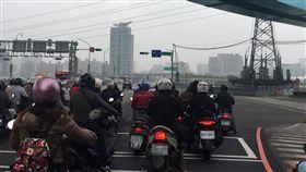 空汙,空污,汙染,污染,空氣,品質,PM2.5,懸浮微粒,天氣,氣象,西半部,台灣,髒,口罩,健康-記者陳彥宇攝(台北)
