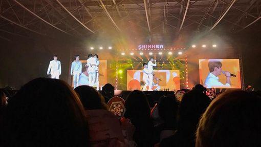 坤達和TORO低調現身神話演唱會。(圖/翻攝自坤達臉書)