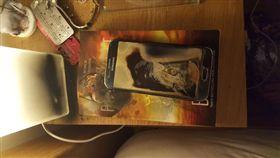 三星手機起火 圖翻攝自每日紀事報 http://www.dailyrecord.co.uk/news/scottish-news/dads-samsung-smartphone-explodes-bursts-9759865