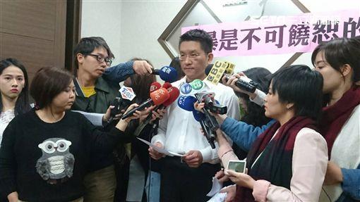 市議員童仲彥開工記者會 王昊姑姑陪同 家暴是不可饒恕的錯