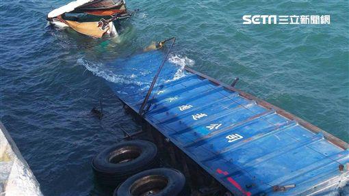 貨車離奇衝台中港落海