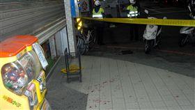新北市新莊區超商5日深夜發生超商搶案,警方封鎖現 場調查,現場因為被害人手掌幾乎遭砍斷,血跡斑斑。 (民眾提供)