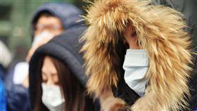 天氣,寒流,寒冷,冬天,大衣,低溫 圖/中央社