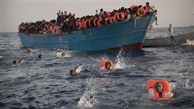 16:9 黑心救生衣塞海棉給難民穿 估15萬冤魂葬生地中海 圖/翻攝自《每日郵報》 http://www.dailymail.co.uk/news/article-4196010/150-000-migrants-life-jackets-lie-piled-Lesbos-coast.html
