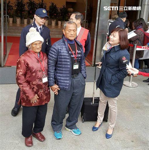 王光祿與老母親。潘千詩攝影