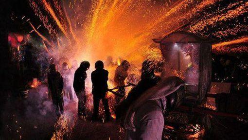 台南鹽水蜂炮。(圖/翻攝自台灣觀光年曆)