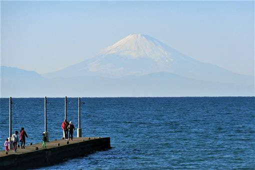 千葉縣館山市風景,海上的富士山。(圖/翻攝自館山滯在記臉書)