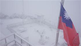 寒流、冰冷、寒冷、玉山、下雪、雪白、銀白(圖/中央氣象局)
