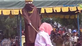 印尼女子遭公開處鞭刑 圖翻攝自Serambi TV https://www.youtube.com/watch?v=YT-OHn3wER8