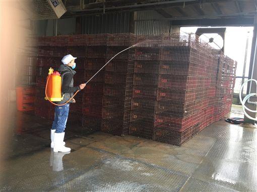 禽流感疫情升溫 宜蘭加強防疫(3)宜蘭一處屠宰場11日銷毀3787隻凍存鴨隻屠體,這些鴨隻已被確診為H5N6及H5N2亞型高病原性禽流感。屠宰場之後也擴大清潔及消毒,加強防疫。(宜蘭縣政府提供)中央社 106年2月11日