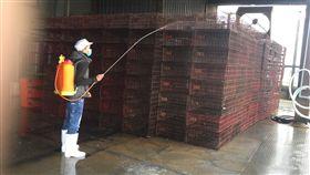 禽流感疫情升溫 宜蘭加強防疫(3) 宜蘭一處屠宰場11日銷毀3787隻凍存鴨隻屠體,這些鴨 隻已被確診為H5N6及H5N2亞型高病原性禽流感。屠宰場 之後也擴大清潔及消毒,加強防疫。 (宜蘭縣政府提供) 中央社 106年2月11日