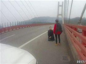 大陸男子在高速公路上向女友求婚。(圖/翻攝自《重慶商報》)