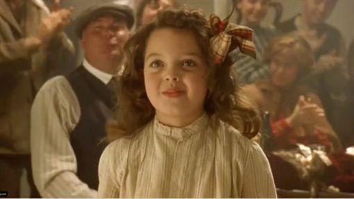 《鐵達尼號》裡的可愛的小女孩Cora。(圖/翻攝自alexowenssarno IG)