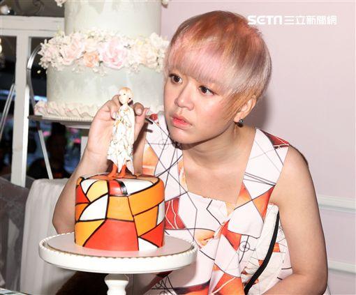 創作新女聲郭修彧專輯《抽象圖》告別初戀,目前單身的她沒有桃花,親手製作翻糖公仔蛋糕提前過情人,並為4/1首場音樂會造勢。(記者邱榮吉/攝影)