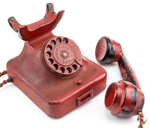 希特勒的死亡話筒。(圖/翻攝自鏡報)-http://www.mirror.co.uk/news/world-news/hitlers-phone-used-order-millions-9728784