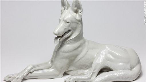 希特勒的阿爾薩斯瓷器。(圖/翻攝自CNN)-http://edition.cnn.com/2017/02/01/europe/hitler-phone-auction/
