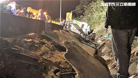 國道5號昨晚發生重大車禍,蝶戀花賞櫻團遊覽車衝出護欄滑落邊坡,一共造成32死12傷的慘劇(翻攝畫面)
