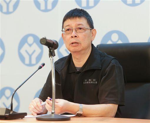 國道5號遊覽車翻車重大事故,勞動部14日在台北舉行記者會,職業安全衛生署署長劉傳名說明處理情況。(中央社)